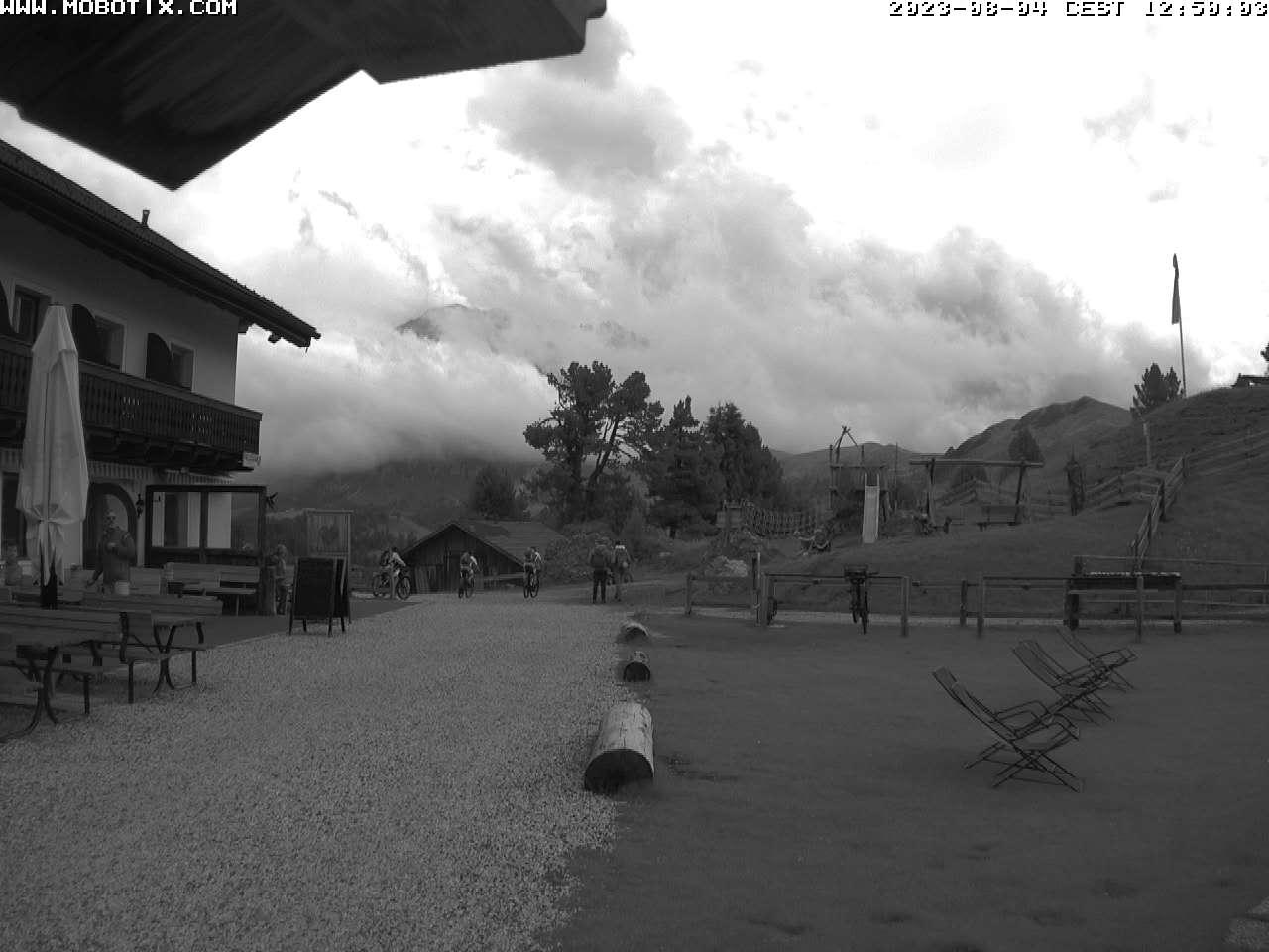 Das Schutzhaus auf der Seiseralm inmitten der Dolomiten verspricht einen tollen Urlaub in einer heimeligen Almhütte für die ganze Familie im Herzen von Südtirol.